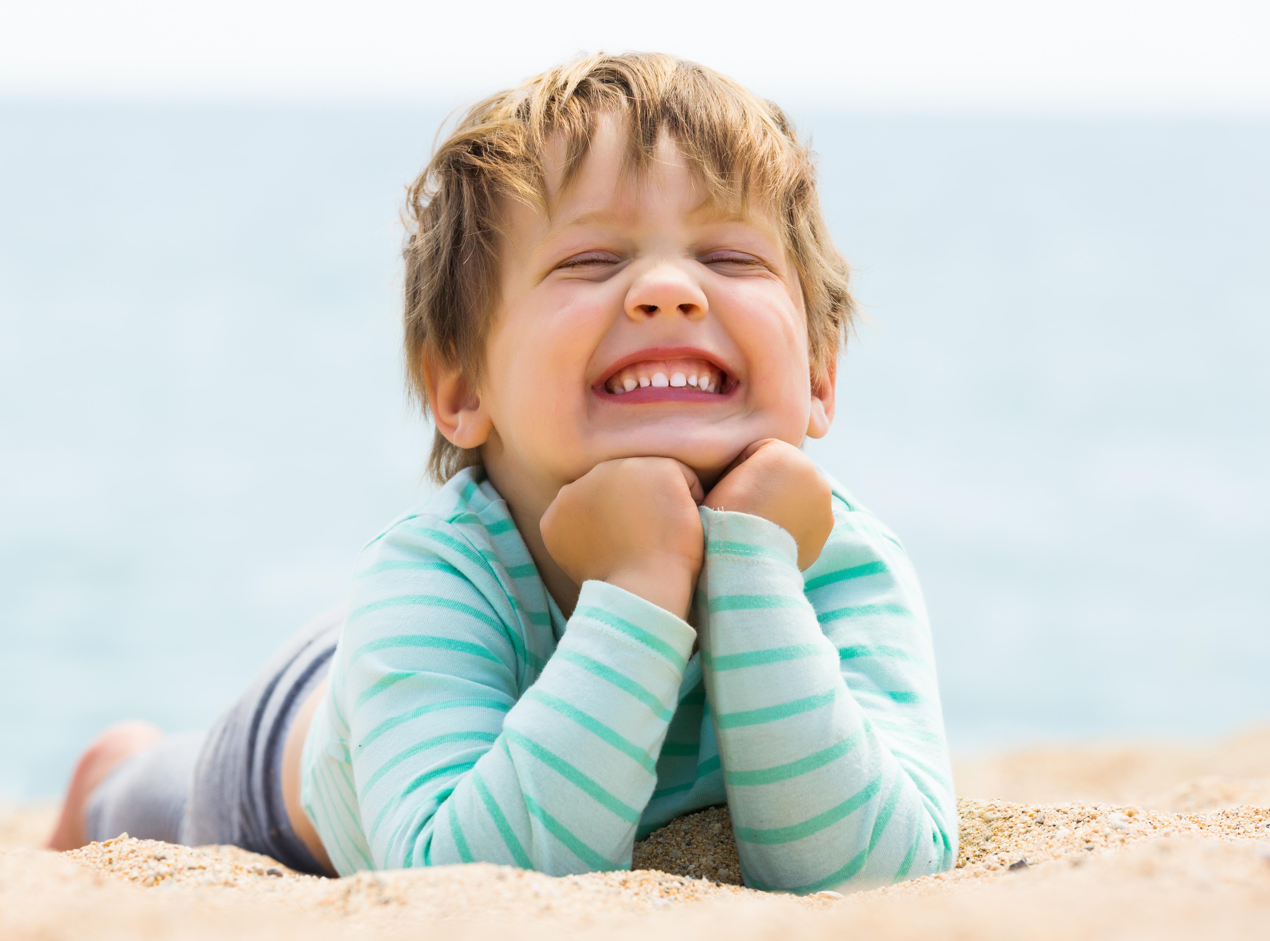 Niña sonríe porque ha ido al dentista para niños